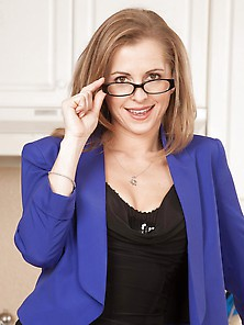 Blonde Milf Melissa Rose Takes Off Her Glasses And
