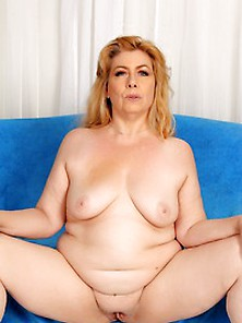 Hot Granny Penny Sue Poses In The Nude